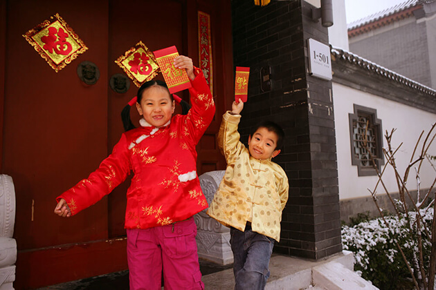 Kids receive red envelopes as gifts drom New Year in China